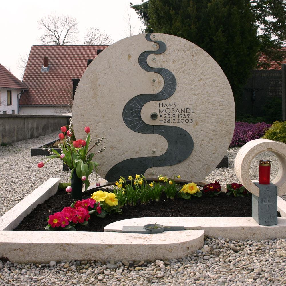 "Familiengrab ""Spuren"""