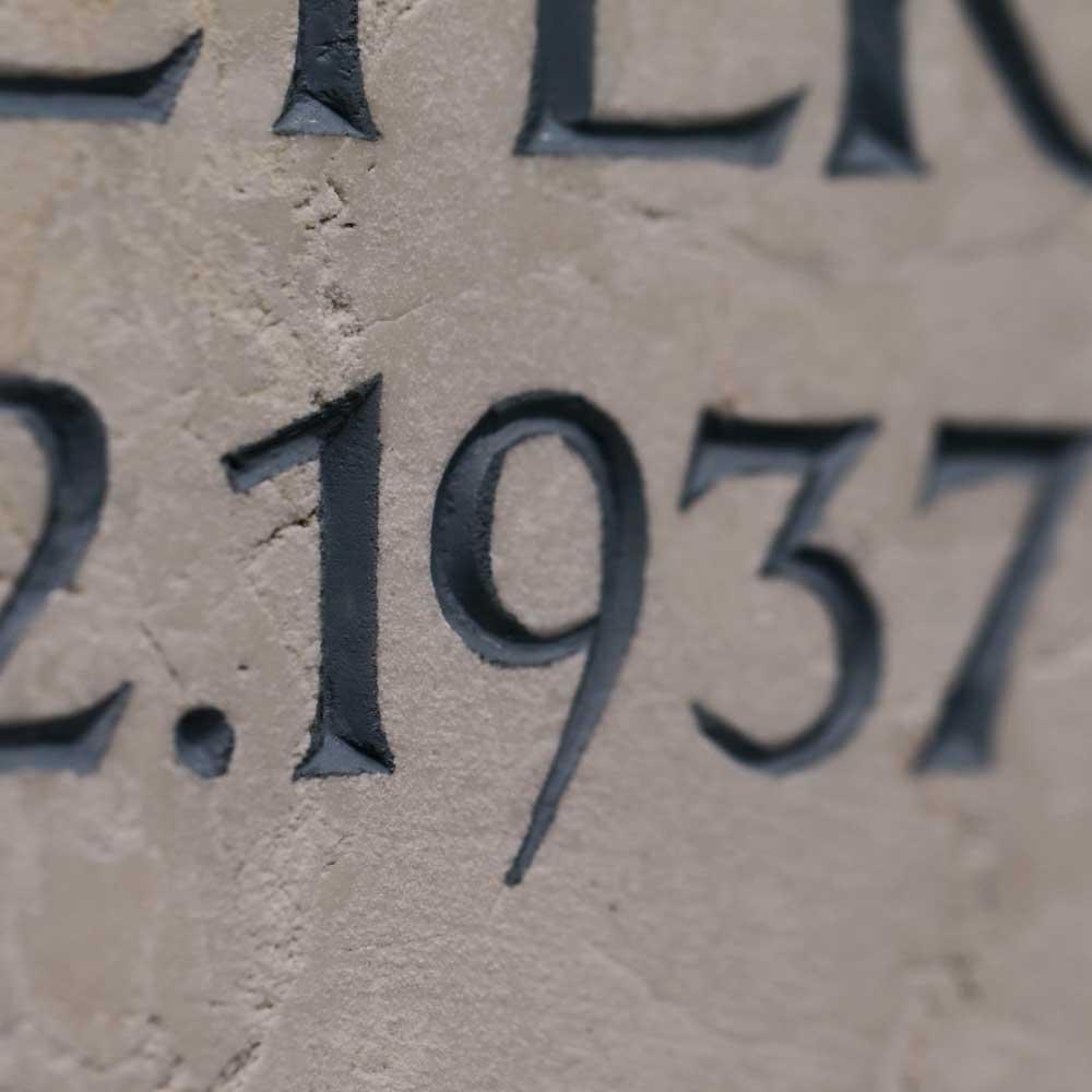 Inschrift graviert mit Farbe