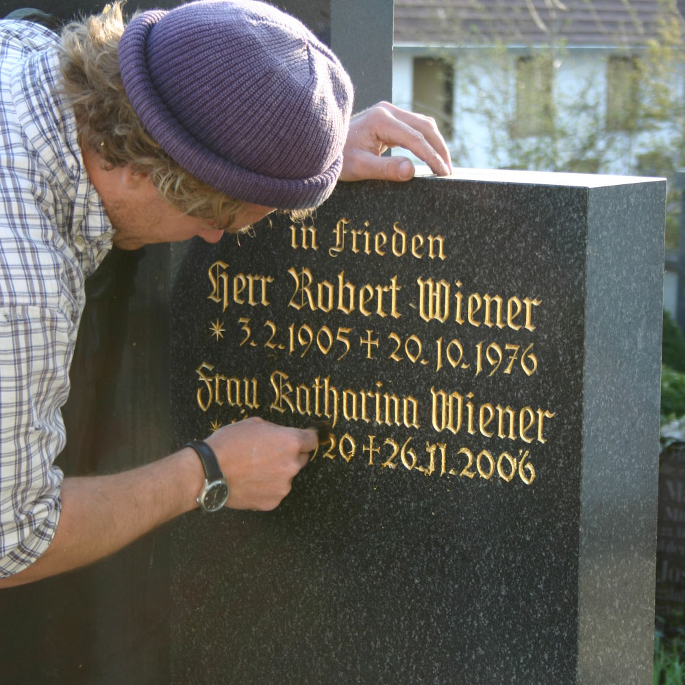 Inschrift vergoldet