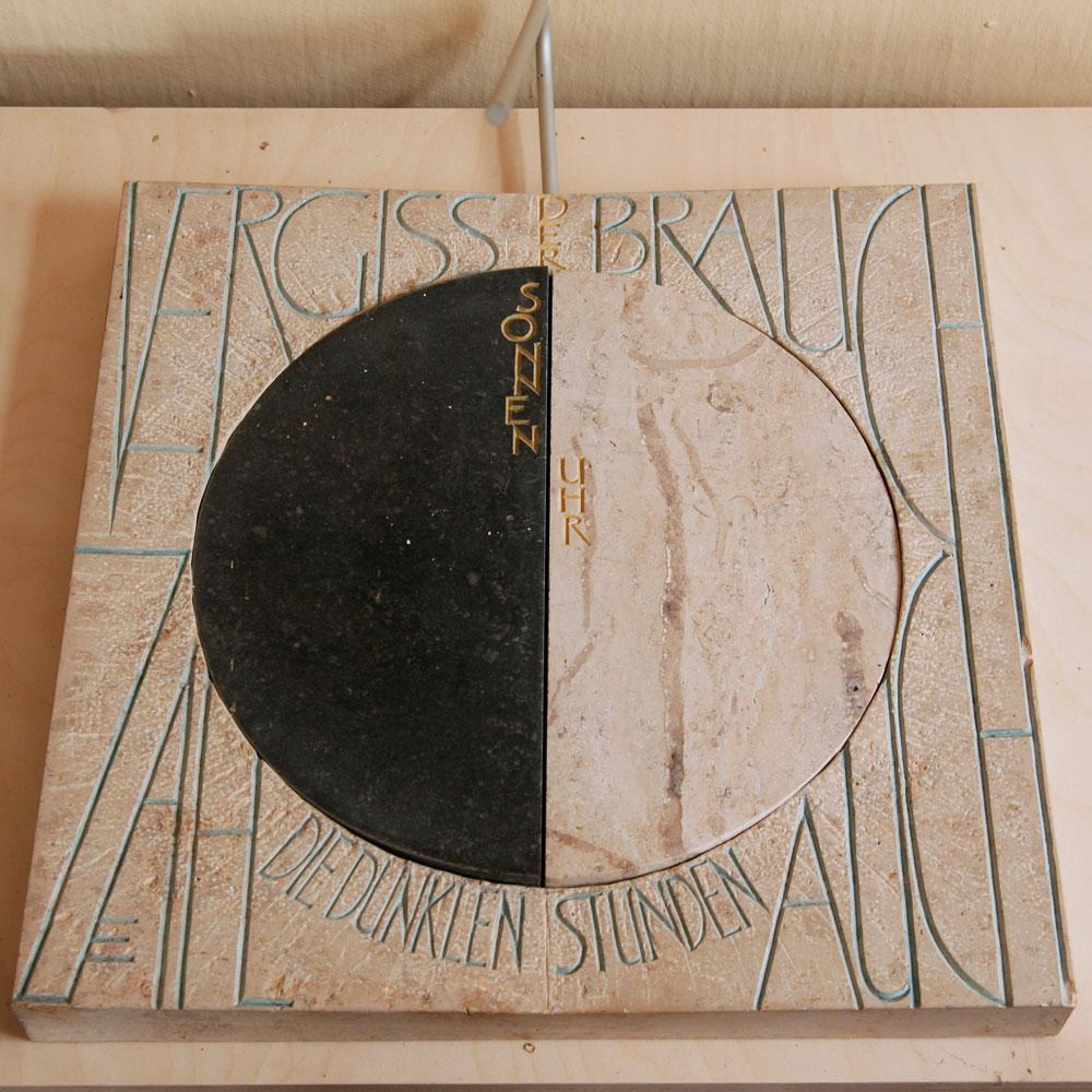 0010-natursteinobjekte-sonnenuhr