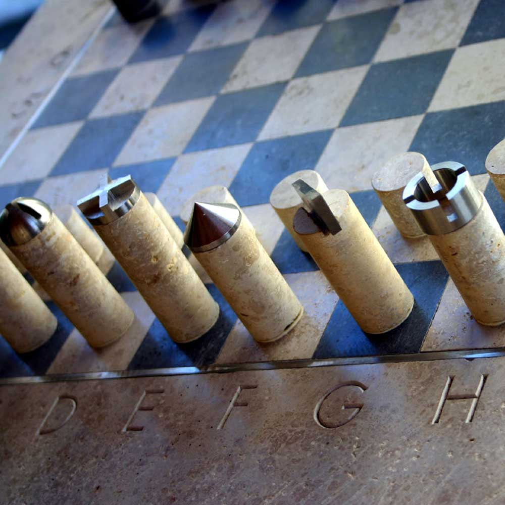 0050-natursteinobjekte-schach-skulptur
